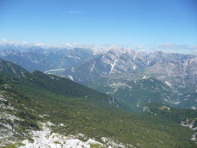 Dalla cima del Monte Fratte. In basso la Forcella del Tramontin, poco sopra il pascolo di Casera Pradut, e a destra i boschi in cui passa il sentiero CAI 960.