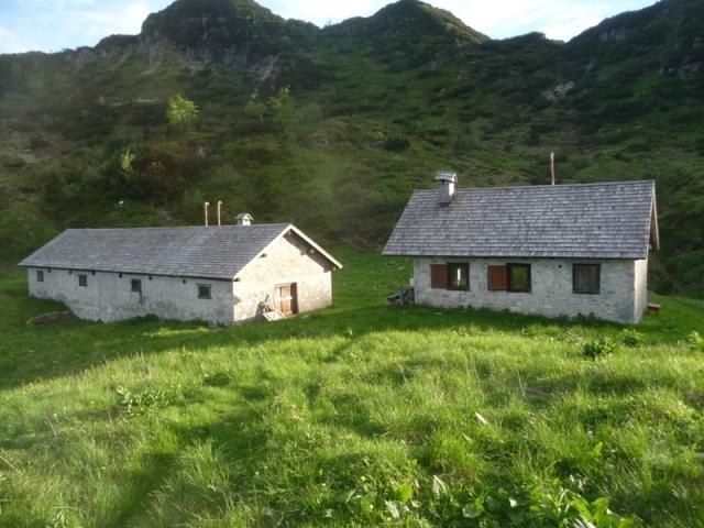 Le due strutture di Casera Chiampiuz; a destra la porzione sempre aperta.