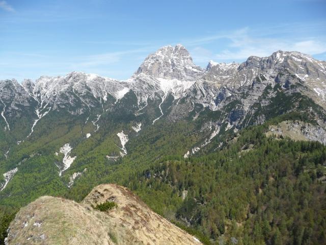 Dalla vetta del Monte Porgeit la Val Zemola. Al centro il Duranno e sotto di esso Rifugio Maniago; qui corre il sentiero CAI 908.